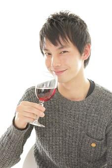 カフェ 喫茶店 コーヒーショップ パーラー  茶房 カフェテリア 飲食店 レストラン 人物 男性 男子 客 若い 独り 独身 休憩 食事 テーブル 着席 飲食 白バック 白背景 ワイン アルコール 酒 グラス コップ 飲み物  日本人 mdjm008