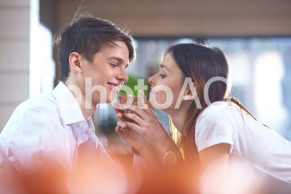 語り合うカップル29の写真