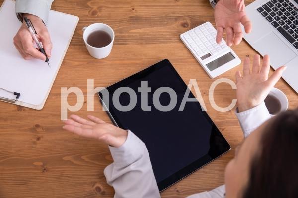 作業着でミーティングの写真