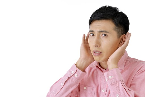 人物 日本人 男性 日本人男性 おすすめ  ポーズ 20代 30代 私服 シャツ  ピンク カジュアル 表情 屋内 白バック  白背景 上半身 聴く 聞く 耳をすます 耳を澄ます 両手 耳に当てる 注意深い 噂 うわさ 余白 mdjm001