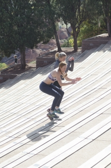 人間 人物 ポートレート ポートレイト 女性 外国人 外国の女性 外国人女性 ブロンド 金髪  おさげ ポニーテール  フィットネス スポーツ 健康 美容 トレーニング エクササイズ エキササイズ  トレーニングウェア スポーツウェア  スポーツブラ 木 樹木 跳ぶ ジャンプ 跳躍 全身 mdff066 mdff111