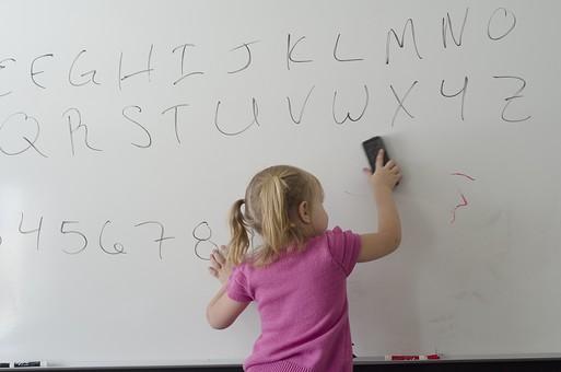 人物 外国人 外人 こども 子ども 子供 女の子 少女 幼児 幼い キッズモデル かわいい 金髪 ブロンド あどけない 無邪気 屋内 室内 部屋 教室 黒板 白板 ホワイトボード 落書き お絵描き 書く 数字 文字 アルファベット 夢中 勉強 黒板消し 消す 後姿 後ろ姿 mdfk013