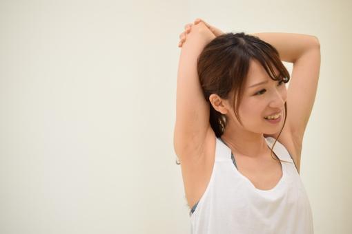肩のストレッチをする女性の写真