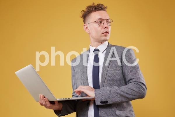 パソコンを持つビジネスマン32の写真