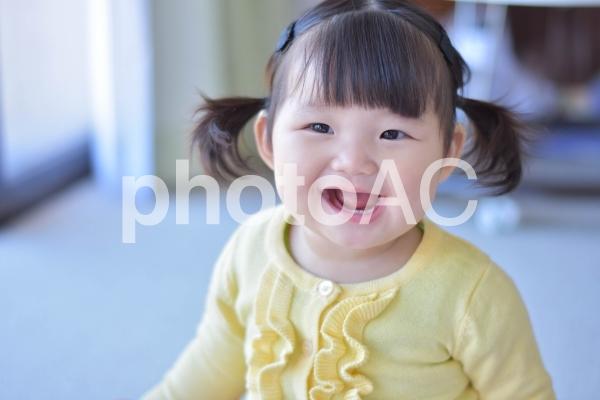 にっこりする赤ちゃんの写真