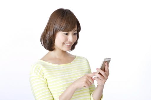 人物 女性 女の子 若い 若者   20代 日本人 屋内 スタジオ撮影 白バック   白背景 ジェスチャー 仕草 かわいい 可愛い ポーズ 上半身 横向き 電話 スマホ スマートフォン 携帯 メール チェック ライン アプリ 上半身 横向き 見る 余白 コピースペース mdjf003