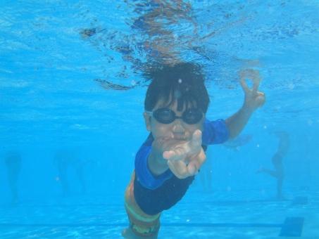 水中 プール 子ども 子供 水泳 小学生 やんちゃ ラッシュガード ゴーグル 夏 夏休み ピース 泳ぐ ここあ