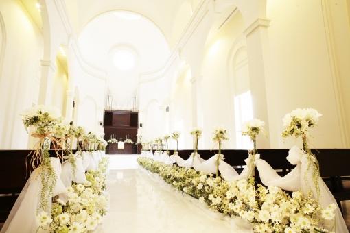 チャペル 教会 結婚式 ウェディング ブライダル 花嫁 花婿 式 セレモニー 飾り付け 花 洋式 祭壇 白 光 祝い 建物 チャーチ