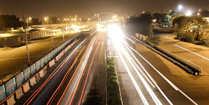 インド 外国 熱帯 南国 南アジア 高速道路 道路 コンクリート 白線 交通 自動車 二輪車 バイク カー 高速バス 直線 まっすぐ 運転する 運転 運ぶ 走る 動く 乗る フェンス 塀 光線 光 スピード 速い 流れる 眩しい 照らす 街灯 電灯 電気 灯り 眩しい 照らす 建築 建築物 建物 施設 木 樹木 植物 自然 景観 夜 夜景