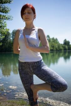 外国人 外人 女性 女 ヨガ ストレッチ エクササイズ フィットネス ストレッチ 健康 体操 温まる 痩せる 鍛える 精神 体 屋外 森 森林 木 樹木 草地 植物 緑 青空 空 晴れ 快晴 集中 姿勢 ゆったり 立つ 川 水 池 湖 mdff020