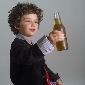 外国人 外人 白人 男性 男 男の子 子供 子ども 幼児 パーマ 天然 幼稚園 小学生 Yシャツ ワイシャツ 青 白 チェック 柄 ネクタイ 赤 ファッション お洒落 飲み物 飲料 ジュース お酒 持つ 瓶 ビン 持つ 見る 微笑む 微笑 mdmk011