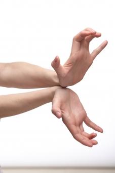 手 両手 手指 手の平 掌 手首 腕 両腕 ハンド 肌 素肌 素手 構える 合わせる 揃える 伸ばす 押し出す 圧し出す 受ける 受け止める 構え 拳法 必殺技 気力 パワー エネルギー 迫力 圧倒 ハンドポーズ ポーズ ハンドパーツ パーツ 白バック 白背景