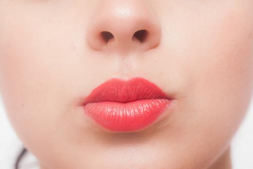 人物 女性 外国人 外国人女性 外人 外人女性 白人 白人女性 顔 かお カオ フェイス パーツ ボディーパーツ 部分 アップ 接写 フェイスパーツ 化粧 メイク 美容 素肌 基礎化粧 口 口元 鼻 口紅 リップ