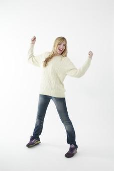 人物 女性 20代 外国人 外人  外国人女性 外人女性 モデル 若い セーター  ニット 私服 カジュアル ポーズ 金髪  ロングヘア 屋内 白バック 白背景 ガッツポーズ 頑張る 張り切る 応援 成功 チャンス チャレンジ 挑戦 両手 全身 笑顔 mdff045