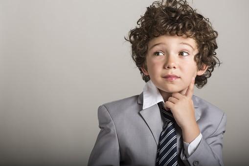 キッズビジネスマン 子供 こども 子ども 大人 ビジネス ビジネスマン キッズ ネクタイ スーツ かわいい 考える 思考 会社 アイディア 小さい 灰色 グレー 外国人 ひらめき みつめる 会議 プレゼンテーション 思い ひとり mdmk011