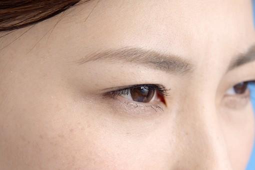 女性 ポーズ 人物 30代 日本人 黒髪 顔 アップ ズーム 接写 目元 瞳 真剣 一点 見つめる 見る 観察 凝視 ウォッチ 見据える 横顔 まつげ まゆげ 本気 ひたむき 熱心 mdjf013