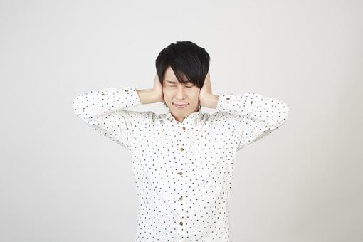 人物 男性 日本人 モデル 若者  若い 青年 20代 大学生 学生  私服 カジュアル シャツ ポーズ スタジオ  白バック 白背景 上半身 表情 耳を塞ぐ うるさい 騒音 雑音 シャットアウト 拒否 聞きたくない mdjm006
