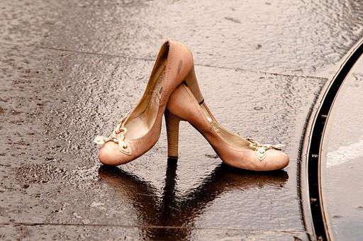 靴 ヒール パンプス ピンク キュート Cute 可愛い 水 水たまり 濡れる 汚れる 失恋 悲しい 寂しい 淋しい 脱ぎ捨て 捨てる 放置 別れ 別離 ベビーピンク 女物 コンクリート ドロドロ トラブル 雨 小雨 水浸し 女性 女 女物 女子 風景 物語