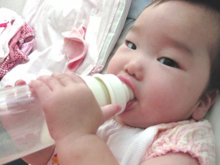 赤ちゃん あかちゃん 赤ん坊 乳児 乳幼児 ミルク milk 哺乳瓶 6ヶ月 女の子 女 女児 女子 子ども 子供 baby ベビー ベイビー 乳 飲む 手 食事 母乳 授乳 卒乳 おっぱい 幼児 夏 吸う よだれかけ