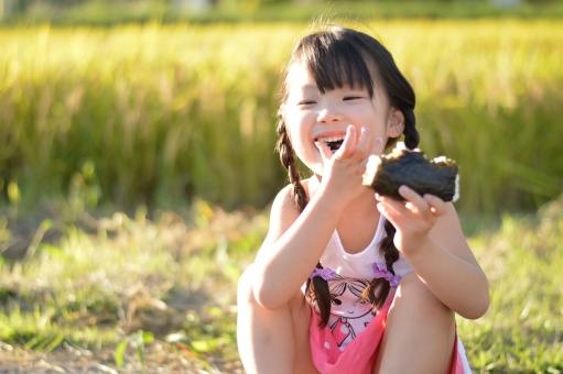 稲 秋 おにぎり 9月 女の子 米 こども 子供 子ども 笑顔 笑う 楽しい おいしい mdfk023