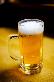 生ビール ビール 酒 お酒 居酒屋 飲み屋 ジョッキ 冷えている 泡 金色 仕事終わり 一杯
