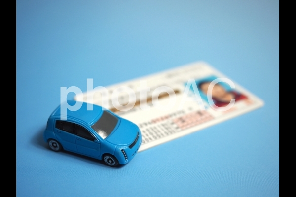 自動車と運転免許証の写真