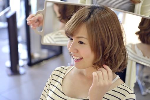 人物 女性 日本人 若い 若者   20代 お客 モデル カットモデル 美容室   美容院 ヘアーサロン  仕事 職業 美容師   屋内 お店 店内 カット ヘアカット セミロング   美容 ビューティー おしゃれ オシャレ 仕上がり チェック 確認 鏡 合わせ鏡 後頭部 笑顔 満足 イメージチェンジ イメチェン mdjf003