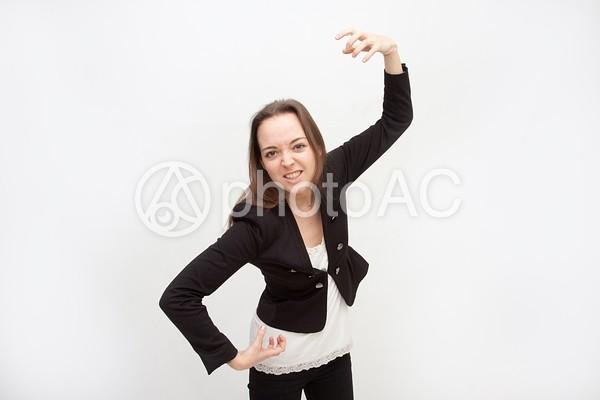 手を広げてゴリラの真似をする女性1の写真