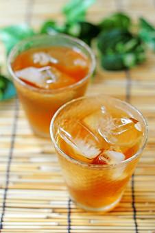 お茶 麦茶 冷茶 アイスティー むぎちゃ 真夏 ティータイム 冷たい 飲み物 和 リラックス 飲物 グラス コップ 涼しい 氷 アイス 夏 清涼感 すだれ ニ杯 ドリンク 2杯 ムギチャ 氷