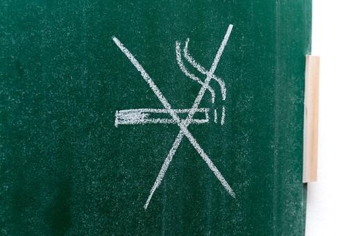 黒板 緑 教育 学校 スクール 学習 学び舎 ボード 板 教室 盤 背景 バックグラウンド バックグランド 手書き 文字 図 図形 絵 言葉 説明 屋内 磁石 壁掛け 紐 ひも 煙草 たばこ タバコ シガー 煙 × 禁煙