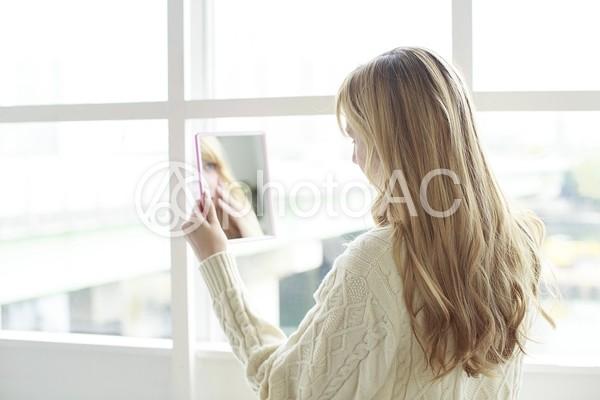 鏡を見る女性2の写真