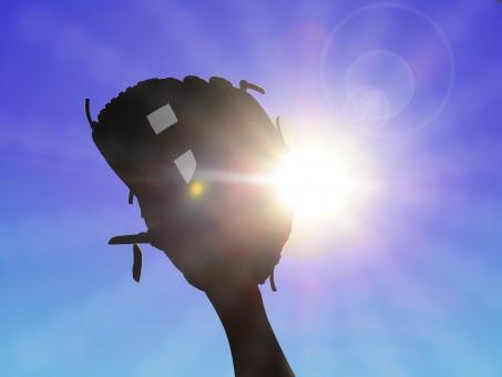 グローブ 空 野球 太陽の光 ボール チャッチボール 青空 太陽「 日光 反射 放射 少年野球 草野球 プロ野球 クラブ 部活 スポーツ 試合 晴天 夏 野球素材 ベースボール ポッチャー キャッチ テクスチャー グラウンド ブルースカイ やきゅう 眩しい 合成