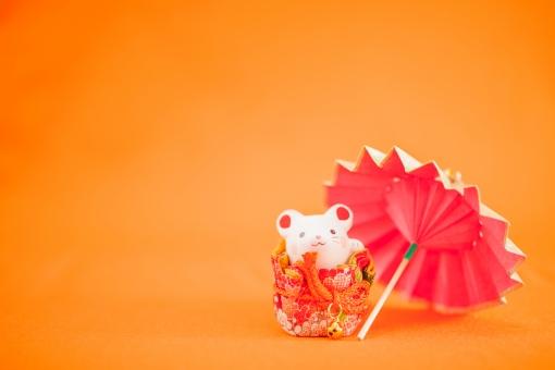 インテリア かわいい お祝い 春 素材 背景 冬 和 カラフル 和風 雑貨 干支 装飾 飾り 日本 背景素材 行事 季節 置物 正月 新年 年賀状 正月飾り 番傘 和小物 千代紙 鮮やか 縁起物 傘 華やか 和雑貨 ねずみ ネズミ 鼠 新春 迎春 元旦 かさ 初春 飾り物 子 おめでたい 飾り付け 年賀状素材 1月1日 一月一日 2020年 2020 正月小物 令和