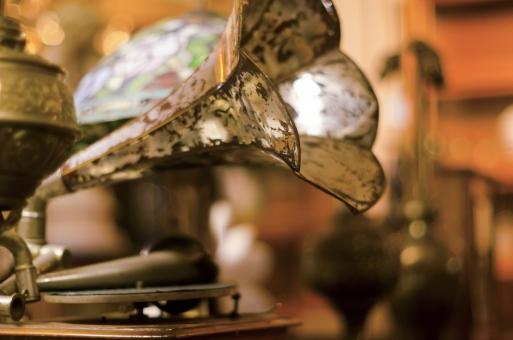蓄音機 録音機 レコードプレーヤー トーンアーム ターンテーブル 回転台 回る 針 マニア マニアック クラシック クラシカル 録音 再生 音声信号 音楽 ミュージック 使い込んだ 年代物の 年季の入った 古い 昔 アンティーク 中古 思い出