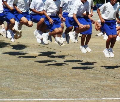 長縄跳び 縄跳び なわとび 運動会 飛翔 ジャンプ 力合わせて タイミング 中学生 呼吸 学校 中学校 秋 スポーツ 9月 10月 競技 学生 汗 青春 背景 風景