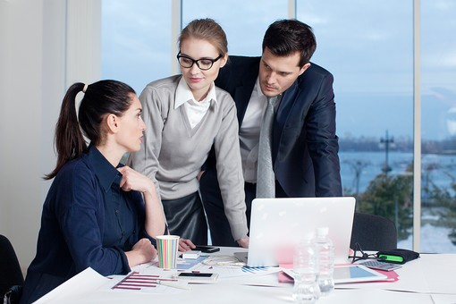 ビジネス 仕事 ビジネスマン 会社 会社員 グローバル インターナショナル 外国人 白人 男性 シャツ ネクタイ スーツ ビジネスウーマン キャリアウーマン 女性 スタイリッシュ タイトスカート チーム 仲間 同僚 上司 ボス 20代 30代 40代 ビジネスチーム プロジェクトチーム プロジェクト 室内 オフィス ガラス 窓 会議室 会議 打ち合わせ ノートパソコン ラップトップ ラップトップコンピューター 見る 囲む 3人 三人 部下 mdff131 mdff132 mdfm070