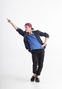 ダンス ダンサー ポーズ 体勢 姿勢 体位 ステップ 踊る 踊り 運動 スポーツ 振り付け 振付 振り 男性 男 外国人 金髪 若い 全身 手 指 指さす 指す 1 人差し指 上 腰 腰に手を当てる 膝 曲げる 背景 白 ホワイト mdfm074