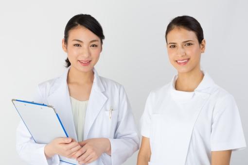 病院 女医 看護師 医院 学校 専門学校 求人 募集 白 二人 人物 女性 女 介護 介護士 大学 医科大学 研修 実習 先生 医学 歯科 内科 外科 美人 可愛い 勉強 就職 イメージ 爽やか 複数 文字入れ 文字スペース スペース 広告
