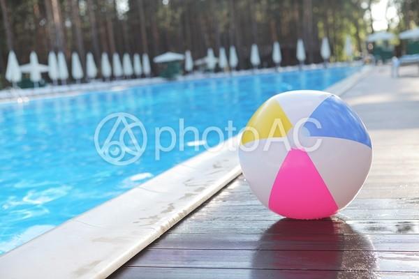 プールサイドのビーチボールの写真