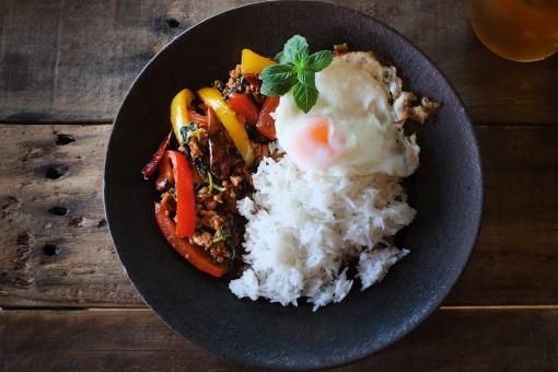 ガパオライス ホーリーバジル 鶏肉 挽き肉 目玉焼き めだま焼き タイ米 米 スパイス スパイシー タイ料理 タイ食材 辛い 料理 エスニック ethnic thailandfood