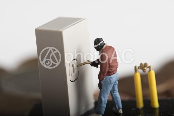 金庫破りをする強盗のミニチュアと硬貨3の写真