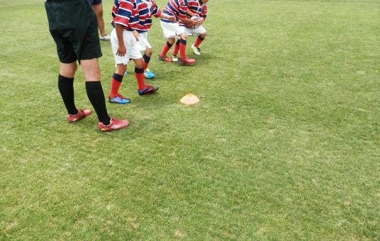 ラグビー スポーツ 競技 小学生 子供 男児 ボール 楕円形 トライ タックル ゴール 試合 芝 競技場 ラガーマン 闘志 走る 追う コピースペース
