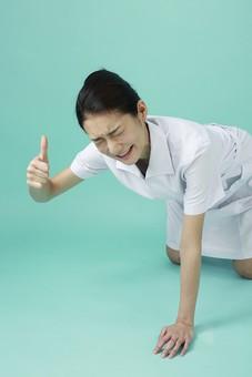 人物 女性 日本人 20代 30代   仕事 職業 医療 病院 看護師  ナース 医者 医師 女医 薬剤師  白衣 看護 屋内 スタジオ撮影 背景  グリーンバック おすすめ ポーズ 上半身 しゃがむ 手をつく 大丈夫 グーサイン 転ぶ mdjf010