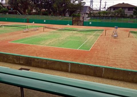 テニス テニスコート テニス場 運動場 公園 無人 ベンチ 自然 風景 景色 住宅街 曇天