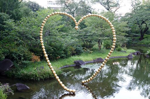 池 公園 庭園 ハート オブジェ ハートのオブジェ ハート形 デートスポット 散策 自然 景色 風景 緑 植物 樹木 湖面 金属 アート 目印 待ち合わせ 鏡池 植物 スポット 樹 木
