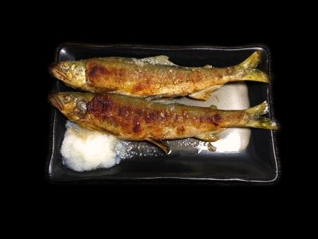 あゆの塩焼き アユの塩焼き 鮎の塩焼き 焼き魚 川魚 魚料理 焼き物 和食 日本食 日本料理 食べ物 食品 食材 食器 料理 調理 gourmet グルメ 食事 食卓 食事の風景 食卓の風景 淡水魚 型抜き 黒バック