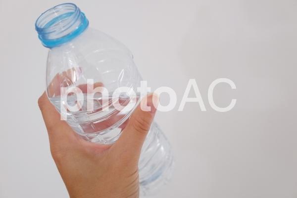 ペットボトルと手の写真