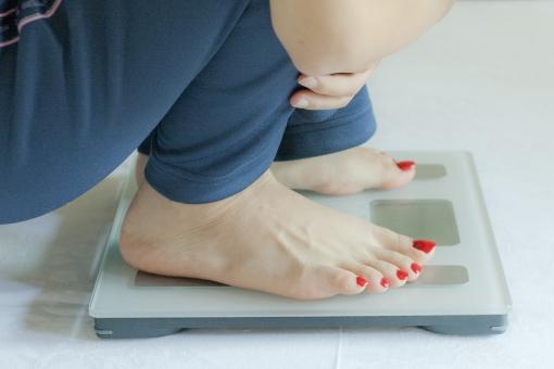体重計 重さ 体重 体重管理 美容 健康 計測 女性 足 脚 爪 マニキュア ダイエット 食べ過ぎ