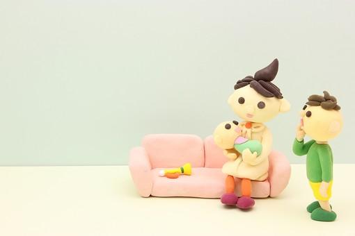 クレイ クレイアート クレイドール ねんど 粘土 クラフト 人形 アート 立体イラスト 粘土作品 人物 笑顔 子供 子ども こども 親子 赤ちゃん お母さん 母親 あやす 女性 ソファ 座る