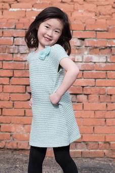 屋外 外 人物 人間 人 子供 子ども アジア人 女の子 女性 女 1人  カメラ目線 ニコニコ 元気 ポーズ アクティブ キュート 可愛い 笑顔 立つ 腰に手を当てる 腰に手 見て見て 自由 ワンピース 活発 少女 mdfk036